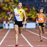Elizabeth-Ann Tan (#430) anchors Nanyang Girls' High to win the B Division girls' 4x100m final. (Photo © Lim Yong Teck/Red Sports)
