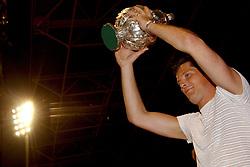 02-06-2003 NED: Huldiging bekerwinnaar FC Utrecht, Utrecht<br /> De spelers en de technische staf kregen een rondrit door de stad in een open Engelse dubbeldekker. Om 20.30 uur keert de stoet terug in Galgenwaard en zal in het stadion de officiële huldiging plaatsvinden / Rene Ponk