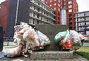 Nederland, Nijmegen, 16-9-2016Bij een appartementengebouw hangen zakken gevuld met plastic afval klaar om door de reinigingsdienst opgehaald te worden. FOTO: FLIP FRANSSEN