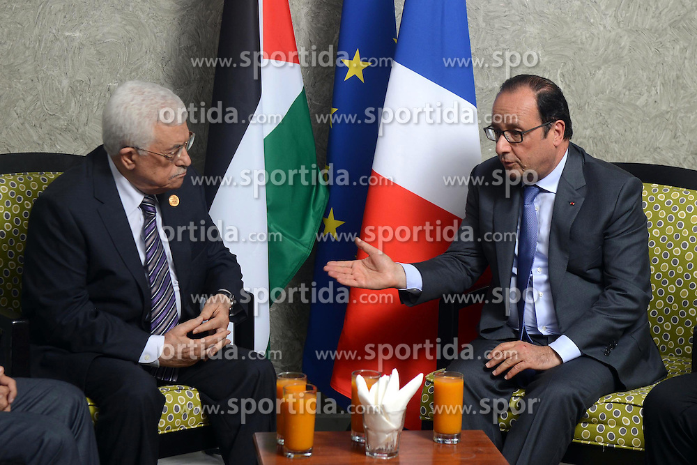 06.08.2015, Sueskanal, EGY, Sueskanal Kanal Erweiterung, im Bild Pal&auml;stinenserpr&auml;sident Mahmud Abbas trifft sich mit Franz&ouml;sisch Pr&auml;sident Francois Hollande bei den Feierlichkieiten zur Sueskanal Erweiterung // Palestinian President Mahmoud Abbas meets with French President Francois Hollande on the sidelines of events inaugurating the new additions to the Suez Canal, in Ismailia, Egypt, August 6, 2015. Egypt staged a show of international support on Thursday as it inaugurated a major extension of the Suez Canal which President Abdel Fattah al-Sisi hopes will power an economic turnaround in the Arab world's most populous countr. Photo by Thaer Ganaim, Egypt on 2015/08/06. EXPA Pictures &copy; 2015, PhotoCredit: EXPA/ APAimages/ Thaer Ganaim<br /> <br /> *****ATTENTION - for AUT, GER, SUI, ITA, POL, CRO, SRB only*****
