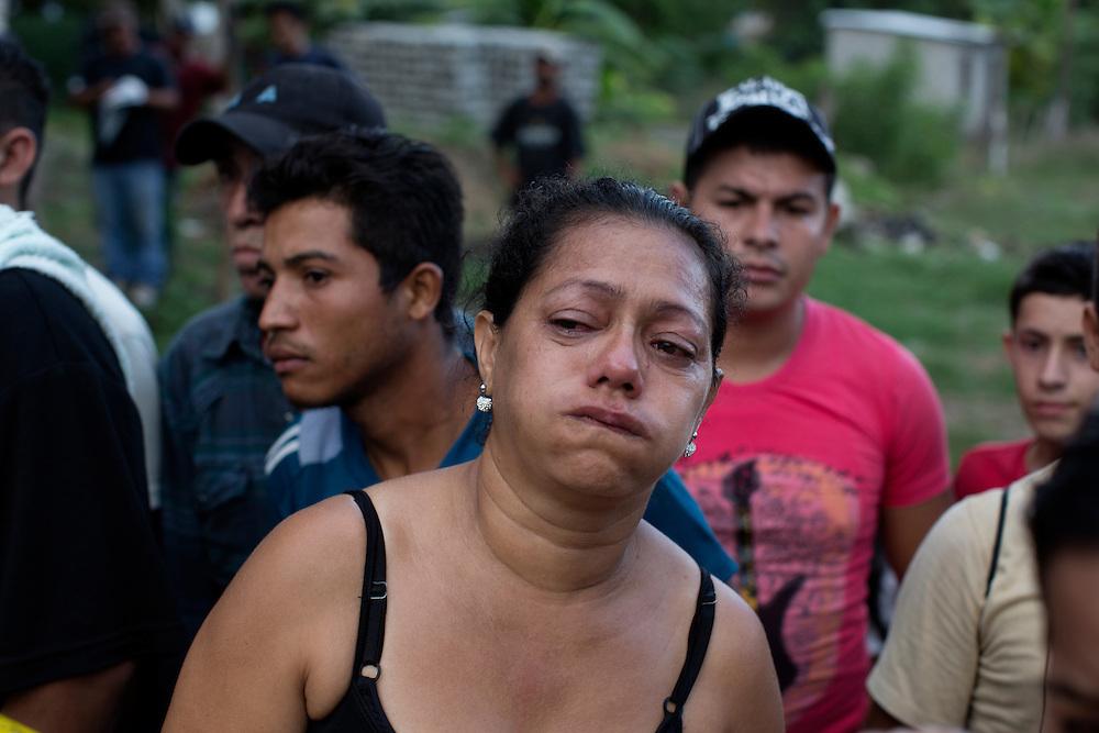 San Pedro Sula, Honduras<br /> <br /> Anas make har just blivit m&ouml;rdad n&auml;r han var p&aring; v&auml;g hem i en buss. Han arbetade som v&auml;ktare och mordet har troligen att g&ouml;ra med skyddspengar.<br /> <br /> Photo: Niclas Hammarstr&ouml;m