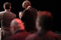 Nederland. Utrecht, 14 maart 2009.<br /> Afgevaardigden komen op het podium om Wouter Bos en Mariette Hamer (buiten beeld) te adviseren inzake de gaande coalitiebesprekingen omtrent de economische crisis en de bezuinigingen.<br /> Eerste dag van het PvdA congres in Central Studios. Op het congres wordt onder andere gediscussieerd over de Integratienota, de aanschaf van deJSF en dekredietcrisis. <br /> Foto Martijn Beekman NIET VOOR PUBLIKATIE IN PAROOL, TROUW, AD, NRC EN TELEGRAAF