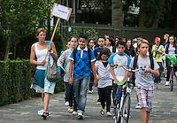 Nederland Rotterdam 22 augustus 2011 20110822 De scholen zijn weer begonnen. Leerlingen in groepen onderweg naar school om hun roosters op te halen voor het nieuwe schooljaar.  Foto: David Rozing