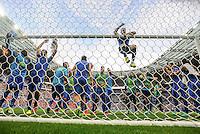 FUSSBALL EURO 2016 ACHTELFINALE IN PARIS Italien - Spanien     27.06.2016 Torwart Gianluigi Buffon schafft, unter großem Jubel seiner Mitspieler, den Sprung an die Latte diesmal unfallfrei
