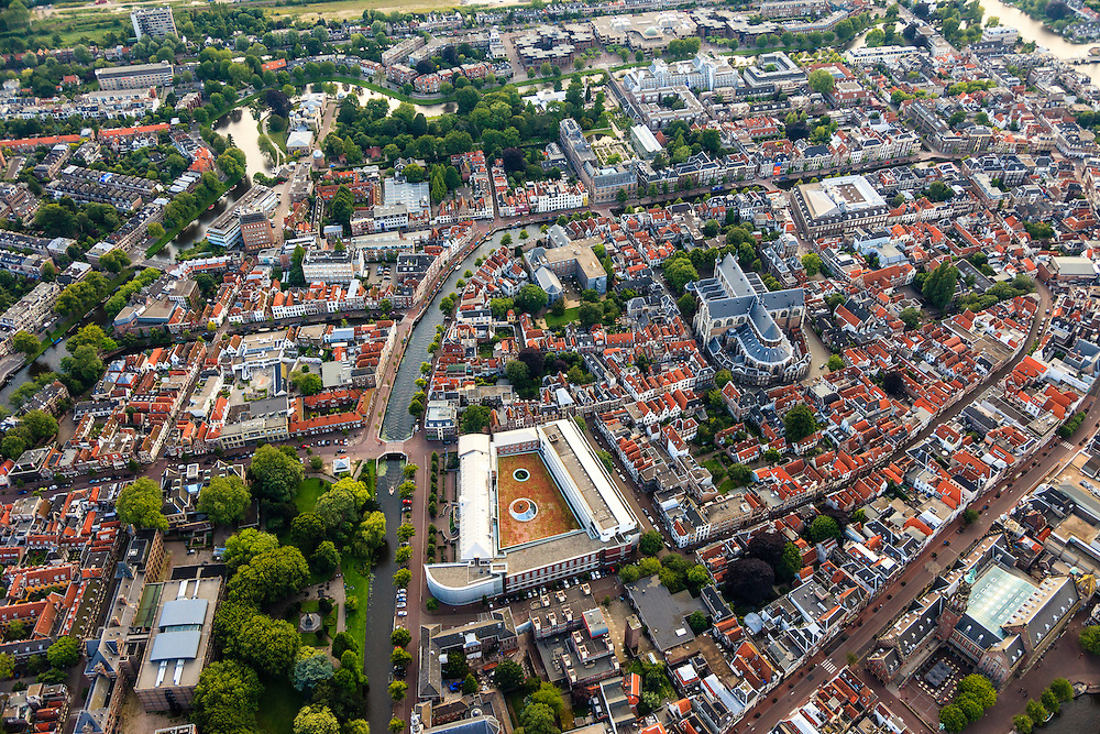 Nederland, Zuid-Holland, Leiden, 15-07-2012; binnenstad Leiden met Rapenburg (links), onder in beeld Kamerlingh Onnes gebouw (Universiteit van Leiden). Rechtsonder Breestraat..Overview old town and center of Leiden.  Rapenburg (canal, l), the Pieterskerk (church).  .luchtfoto (toeslag), aerial photo (additional fee required).foto/photo Siebe Swart