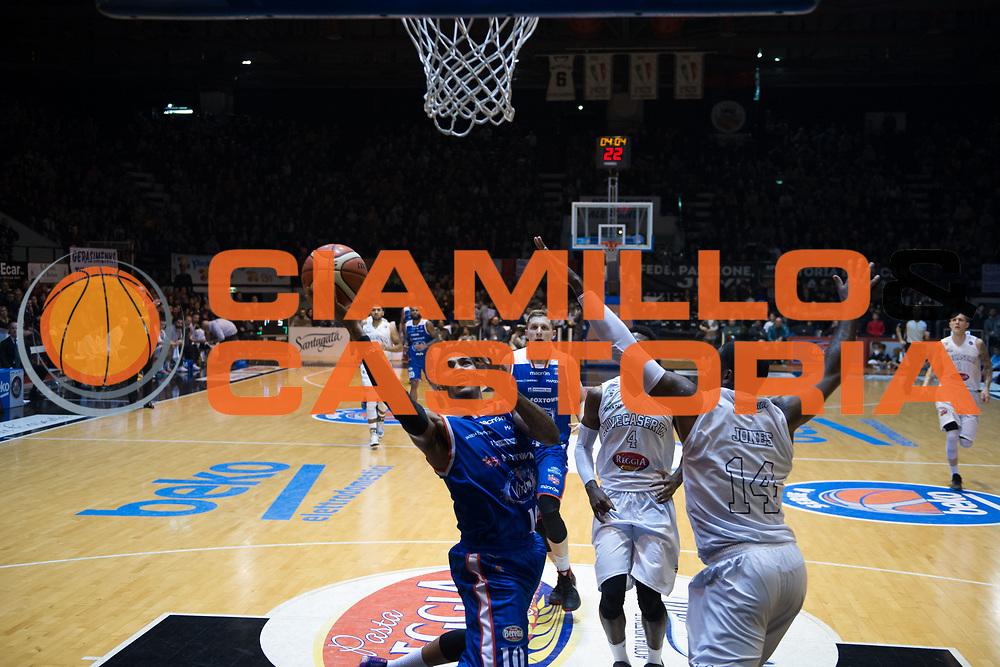DESCRIZIONE : Caserta Lega A 2015-16 Pasta Reggia Caserta Acqua Vitasnella Cant&ugrave;<br /> GIOCATORE : LaQuinton Ross<br /> CATEGORIA : penetrazione tiro sottomano<br /> SQUADRA : Acqua Vitasnella Cant&ugrave;<br /> EVENTO : Campionato Lega A 2015-2016<br /> GARA : Pasta Reggia Caserta Acqua Vitasnella Cant&ugrave;<br /> DATA : 22/11/2015<br /> SPORT : Pallacanestro <br /> AUTORE : Agenzia Ciamillo-Castoria/G.Ciamillo<br /> Galleria : Lega Basket A 2015-2016<br /> Fotonotizia : Caserta Lega A 2015-16 Pasta Reggia Caserta Acqua Vitasnella Cant&ugrave;