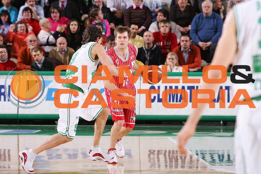 DESCRIZIONE : Treviso Lega A1 2005-06 Benetton Treviso Navigo.it Teramo <br /> GIOCATORE : Crispin <br /> SQUADRA : Navigo.it Teramo <br /> EVENTO : Campionato Lega A1 2005-2006 <br /> GARA : Benetton Treviso Navigo.it Teramo <br /> DATA : 26/02/2006 <br /> CATEGORIA : Palleggio <br /> SPORT : Pallacanestro <br /> AUTORE : Agenzia Ciamillo-Castoria/S.Silvestri