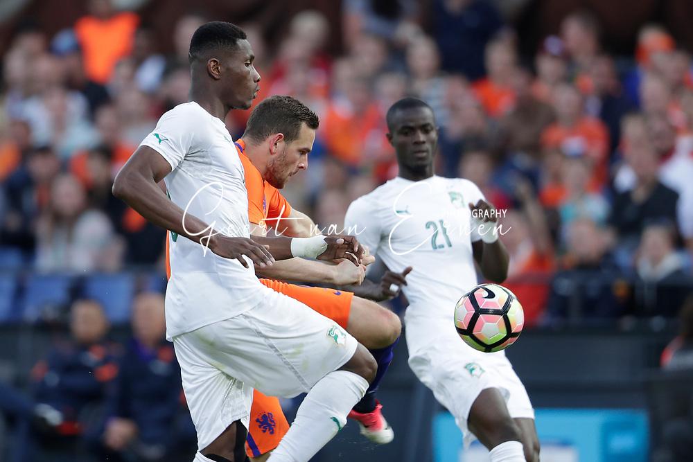 04-06-2017 VOETBAL:NEDERLAND-IVOORKUST:ROTTERDAM<br /> Oranje oefende tegen Ivoorkust vanavond in De Kuip<br /> <br /> Vincent Janssen van Oranje (Tottenham Hotspur) in duel met Simon Deli van Ivoorkust <br /> <br /> Foto: Geert van Erven