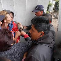 Toluca, Mex.- Comerciantes semifijos de la plaza Angel Ma. Garibay, se enfrentaron con granaderos de la policia municipal quienes intentaron desalojarlos y retirar sus puestos bajo el argumento de que el permiso otorgado por el ayuntamiento de manera temporal ya vencio. Agencia MVT / Luis Enrique Hernandez V. (DIGITAL)<br /> <br /> <br /> <br /> <br /> <br /> <br /> <br /> NO ARCHIVAR - NO ARCHIVE