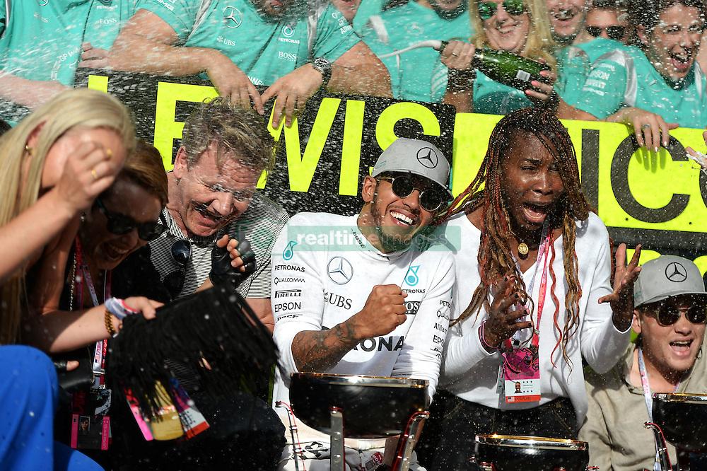 Formel 1: Grosser Preis der USA in Austin, Renntag / 231016<br /> <br /> ***Race winner Lewis Hamilton (GBR) Mercedes AMG F1 celebrates with Lindsey Vonn (USA) Former Alpine Ski Racer; Gordon Ramsey (GBR) Celebrity Chef; Venus Williams (USA) Tennis Player, and the team.<br /> 23.10.2016. Formula 1 World Championship, Rd 18, United States Grand Prix, Austin, Texas, USA, Race Day.<br /> ***