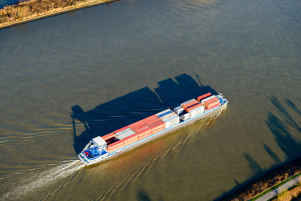 Nederland, Zuid-Holland, Sliedrecht, 07-02-2018; binnenvaartschip met containers op de Beneden-Merwede. Traffic at river Merwede.<br /> luchtfoto (toeslag op standard tarieven);<br /> aerial photo (additional fee required);<br /> copyright foto/photo Siebe Swart