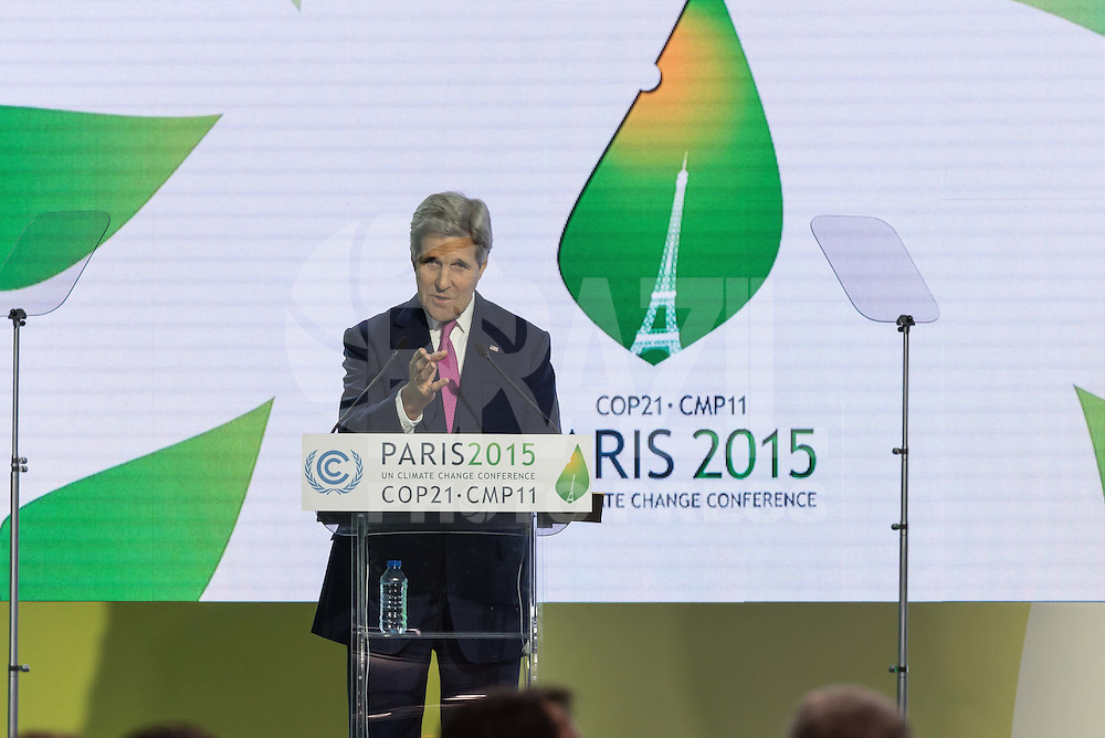 PARIS, FRANÇA, .09.11.2015 - COP21-KERRY - O Secretário de Estado dos Estados Unidos John Kerry durante coletiva de imprensa no Caring for Climate Business Forum durante a COP21 Conferência sobre Mudança Climática Mundial em Paris nesta quarta-feira, 09. (Foto: Jonathan Raa / Brazil Photo Press)