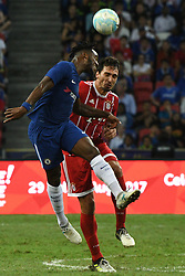 2017?7?25?.??????——?????????????????..7?25????????Michy Batshuayi??????????????????Mats Hummels???.???? ??????..Chelsea's player Michy Batshuayi (L) fights for the ball with Bayern Munich's player Mats Hummels during the International Champions Cup match between Chelsea and Bayern Munich held in Singapore's National Stadium on Jul 25, 2017..By Xinhua, Then Chih Wey..????????????2017?7?25? (Credit Image: © Then Chih Wey/Xinhua via ZUMA Wire)