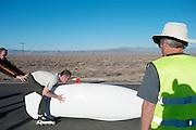 De Cygnus Beta wordt gestart. In Battle Mountain (Nevada) wordt ieder jaar de World Human Powered Speed Challenge gehouden. Tijdens deze wedstrijd wordt geprobeerd zo hard mogelijk te fietsen op pure menskracht. Ze halen snelheden tot 133 km/h. De deelnemers bestaan zowel uit teams van universiteiten als uit hobbyisten. Met de gestroomlijnde fietsen willen ze laten zien wat mogelijk is met menskracht. De speciale ligfietsen kunnen gezien worden als de Formule 1 van het fietsen. De kennis die wordt opgedaan wordt ook gebruikt om duurzaam vervoer verder te ontwikkelen.<br /> <br /> The Cygnus Beta is started. In Battle Mountain (Nevada) each year the World Human Powered Speed Challenge is held. During this race they try to ride on pure manpower as hard as possible. Speeds up to 133 km/h are reached. The participants consist of both teams from universities and from hobbyists. With the sleek bikes they want to show what is possible with human power. The special recumbent bicycles can be seen as the Formula 1 of the bicycle. The knowledge gained is also used to develop sustainable transport.