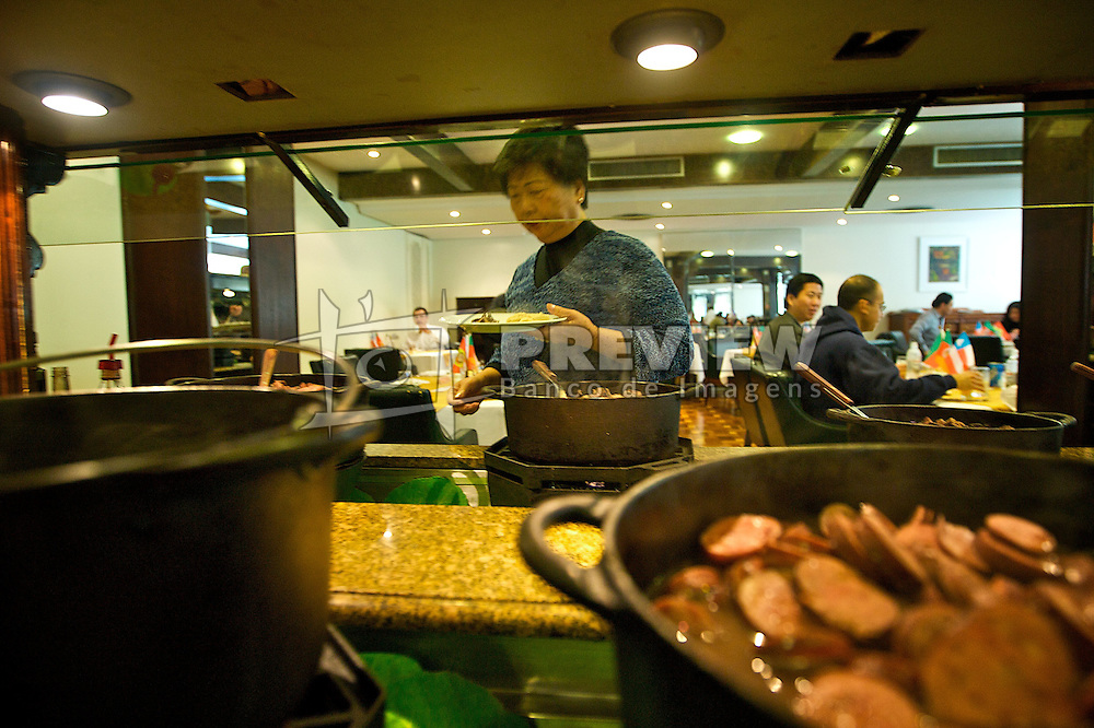 A feijoada é um prato de descendencia afro. A mais tradicional feijoada do Estado do RS acontece aos sábados no restaurante do hotel Plazinha, no centro de Porto Alegre. O Plaza São Rafael pertence ao grupo hoteleiro que completa 50 anos no estado em 2008. FOTO: Itamar Aguiar/Preview.com