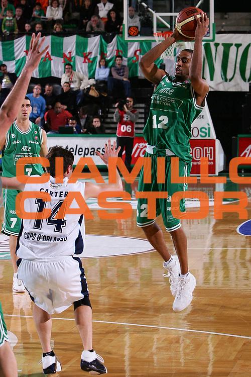 DESCRIZIONE : Treviso Lega A1 2005-06 Benetton Treviso Upea Capo Orlando <br /> GIOCATORE : Nicholas <br /> SQUADRA : Benetton Treviso <br /> EVENTO : Campionato Lega A1 2005-2006 <br /> GARA : Benetton Treviso Upea Capo Orlando <br /> DATA : 03/12/2005 <br /> CATEGORIA : Passaggio <br /> SPORT : Pallacanestro <br /> AUTORE : Agenzia Ciamillo-Castoria/S.Silvestri