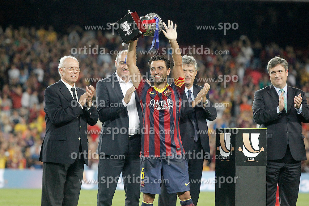 28.08.2013, Camp Nou, Barcelona, ESP, Supercup, FC Barcelona vs Atletico Madrid, Rueckspiel, im Bild FC Barcelona's Xavi Hernandez with the winner trophy of the Supercup // during second leg match of the Spanish Supercup match between Barcelona FC and Atletico Madrid at the Camp Nou in Barcelona, Spain on 2013/08/28. EXPA Pictures &copy; 2013, PhotoCredit: EXPA/ Alterphotos/ Acero<br /> <br /> ***** ATTENTION - OUT OF ESP and SUI *****