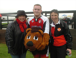 LEE, CHAMP THE LION POSES WITH HELPERS ANGIE AND CHRIS, AFTER THE RACE, John Smiths Mascot Grand National, Huntingdon Racecourse Sunday 5th October 2008