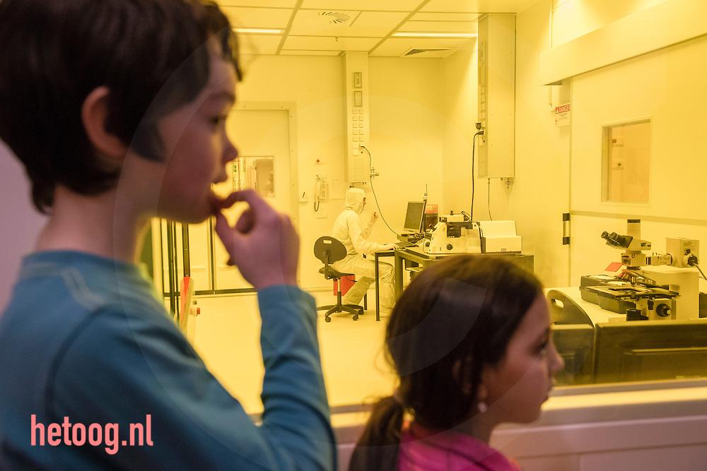 Nederland, Enschede, 20mrt2013 Leerlingen van groep vijf en zes van opebbare freinetschool uit Enschede op excursie in het Nanolaboratorium op de Universiteit Twente in Enschede  . Zij kregen van een ondernemer (J.Wissink- Medspray) een les waarna zij een ronleidding kregen in het lab (geel licht i.v.m. fotografische gevoeligheid) en uitleg over een elektronenmicroscoop. Foto: Cees Elzenga/Hollandse-Hoogte