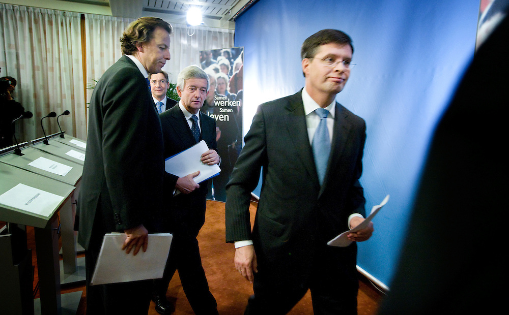Nederland. Den Haag, 30 november 2007.<br /> Ministers Maxime Verhagen (Buitenlandse Zaken), Jan Peter Balkenende (Algemene Zaken), Eimert van Middelkoop (Defensie) en Bert Koenders (Ontwikkelingssamenwerking) beleggen een persconferentie om de Nederlandse bijdrage aan de ISAF-missie in Uruzgan toe te lichten.. Vandaag besloot het kabinet tijdens de ministerraad de missie in Uruzgan uiterlijk tot 2010 te verlengen.<br /> Foto Martijn Beekman <br /> NIET VOOR TROUW, AD, TELEGRAAF, NRC EN HET PAROOL