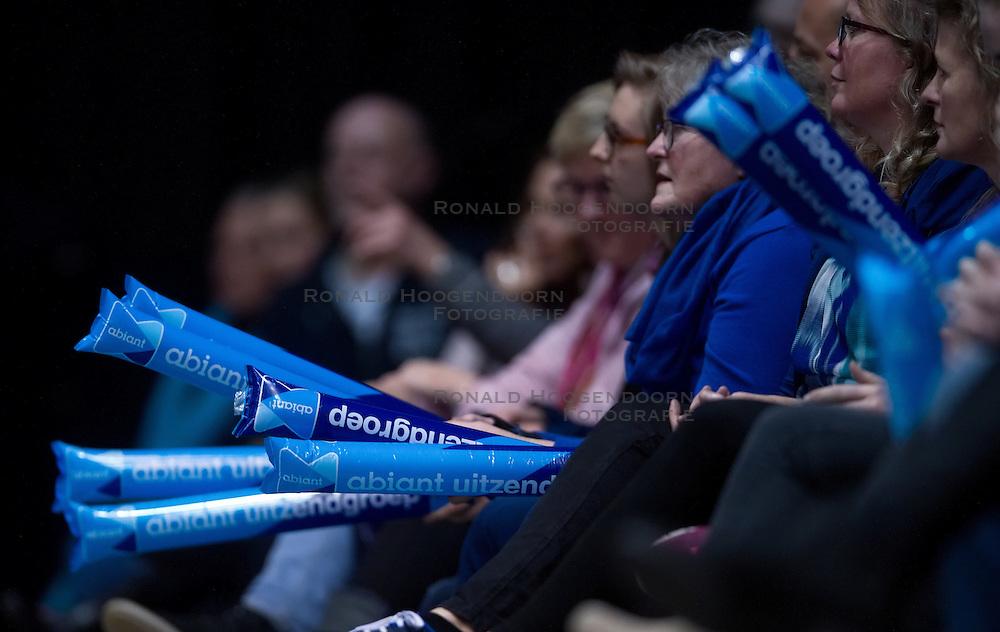 17-04-2016 NED: Play off finale Abiant Lycurgus - Seesing Personeel Orion, Groningen<br /> Abiant Lycurgus is door het oog van de naald gekropen tijdens het eerste finaleduel om het landskampioenschap. De Groningers keken in een volgepakt MartiniPlaza tegen een 0-2 achterstand aan tegen Seesing Personeel Orion, maar mede dankzij invaller Gino Naarden kwam Lycurgus langszij en pakte het de wedstrijd met 3-2 / Klappers, support, Abiant, reklame