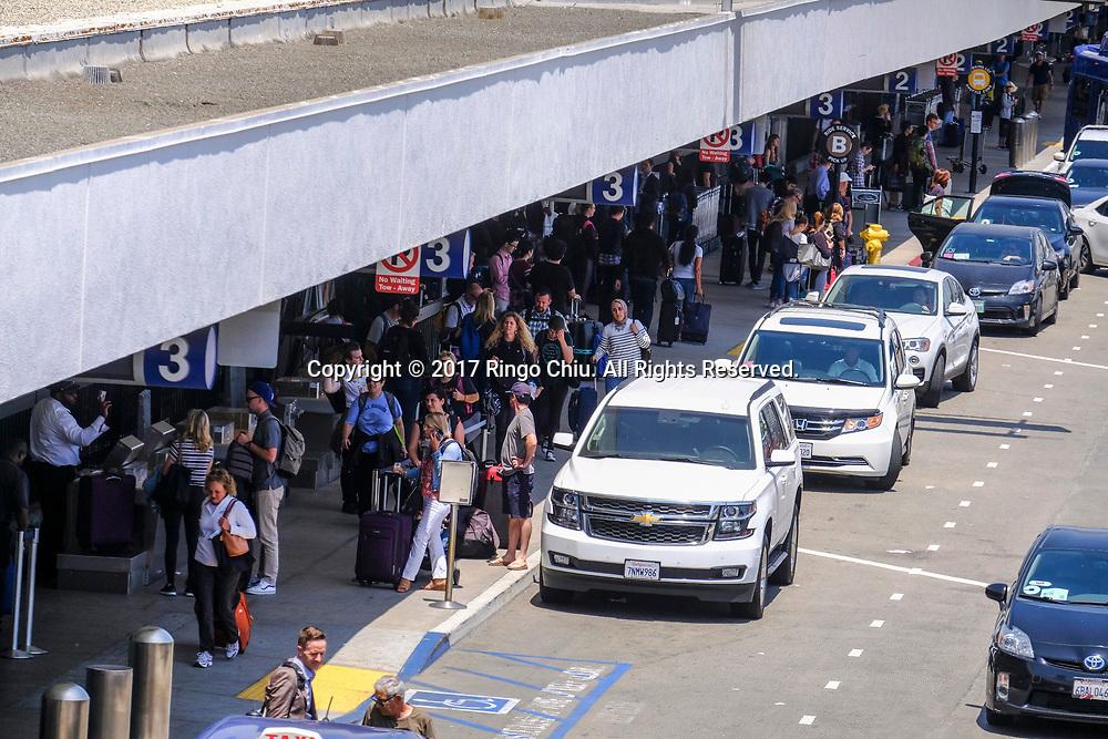 6月30日,在美国洛杉矶国际机场,出发旅客抵达机场前往目的地。根据南加州汽车俱乐部(Automobile Club of Southern California) 发表最新报告,在这个独立日周末期期间,全加州游旅客人数将创纪录首次超过500万人次,其中南加洲地区的游客人数也将超过310万人次。新华社发 (赵汉荣摄)<br /> Holiday travelers arrive before check in at Los Angeles International Airport on Friday, June 30, 2017 in Los Angeles, the United States. Holiday travel will increase on this Independence Day weekend when, for the first time, the number of travelers from California will exceed 5 million while those just from the Southland jumps above 3.1 million, according to the Automobile Club of Southern California.. (Xinhua/Zhao Hanrong)(Photo by Ringo Chiu)<br /> <br /> Usage Notes: This content is intended for editorial use only. For other uses, additional clearances may be required.