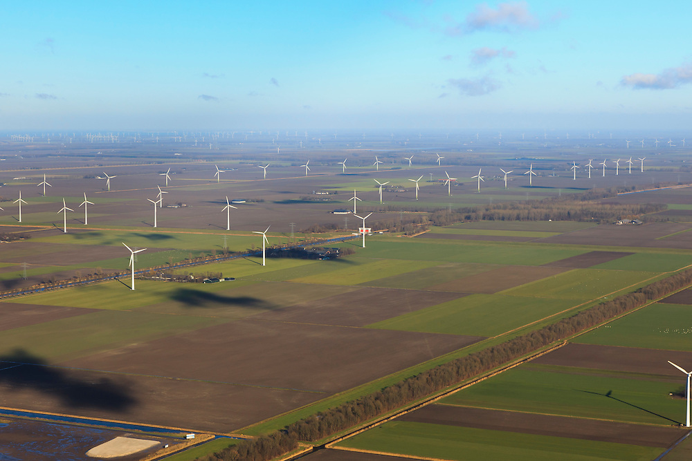 Nederland, Flevoland, Flevopolder, 20-01-2011; de windmolens op het erf bij de boerderij en in het veld vormen een windmolenpark..Wind mill park in the polder of Flevoland. .luchtfoto (toeslag), aerial photo (additional fee required).copyright foto/photo Siebe Swart