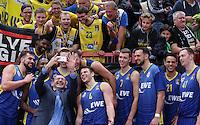 Basketball  1. Bundesliga  2016/2017  Hauptrunde  8. Spieltag  05.11.2016 Walter Tigers Tuebingen - EWE Baskets Oldenburg Teambild Oldenburg mit Fans nach dem Spiel; Trainer Mladen Drijencic (li) macht das Bild mit  iPhone