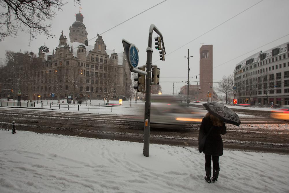 Stadtansichten / Stadtmarke / Stadtansicht / Innenstadt / Leipzig / Architektur / Winter / Schnee / Dezember / K&auml;lte / Schneefall / Neuschnee / Eis / Wetter / Unwetter / neues / Rathaus /plei&szlig;enburg / Wintereinbruch / Verkehr / Chaos / Gl&auml;tte / Unfall /<br /> Im Bild:Albrecht Vo&szlig;, Dieskaustra&szlig;e 17, 04229 Leipzig; Tel.: 01733151767; Deutsche Bank, BIC: DEUTDEDBLEG, IBAN: DE09 86070024 0103 2762 00
