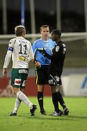 17.10.2010, Stadion, Lahti..Veikkausliiga 2010, FC Lahti - IFK Mariehamn..Erotuomari Jouni Hyyti? rauhoittelee IFK:n Mika Niskalaa ja FC Lahden Mohamed Fofanaa..©Juha Tamminen.