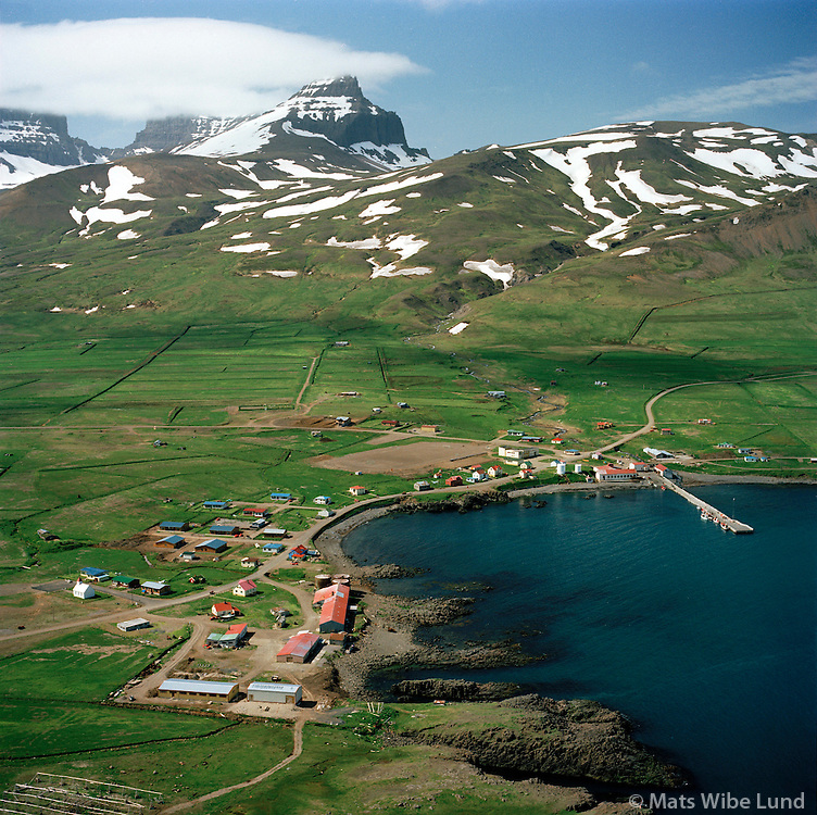 Borgarfjörður eystri séð til suðvesturs. Dyrfjöll í baksýni. Borgarfjarðarhreppur / Borgarfjordur eystri viewing southwest. Mount Dyrfjoll in background. Borgarfjardarhreppur.