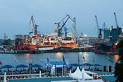 Hamburger Hafen, Schiffswerft bei Daemmerung, Hamburg, Deutschland.|.Hamburg harbour, dock at dusk, Hamburg, Germany.