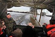 Nederland, Bergen, 10-1-2011Vandaag passeert hier de piek van de watergolf in de Maas uit Belgie en Zuid Limburg. Bergen wordt, net zoals Itteren en Borgharen, steevast ingesloten door het water, en het leger houdt een pendeldienst met Nieuw-Bergen in stand, tot een waterhoogte van 90 cm boven de weg.Foto: Flip Franssen/Hollandse Hoogte