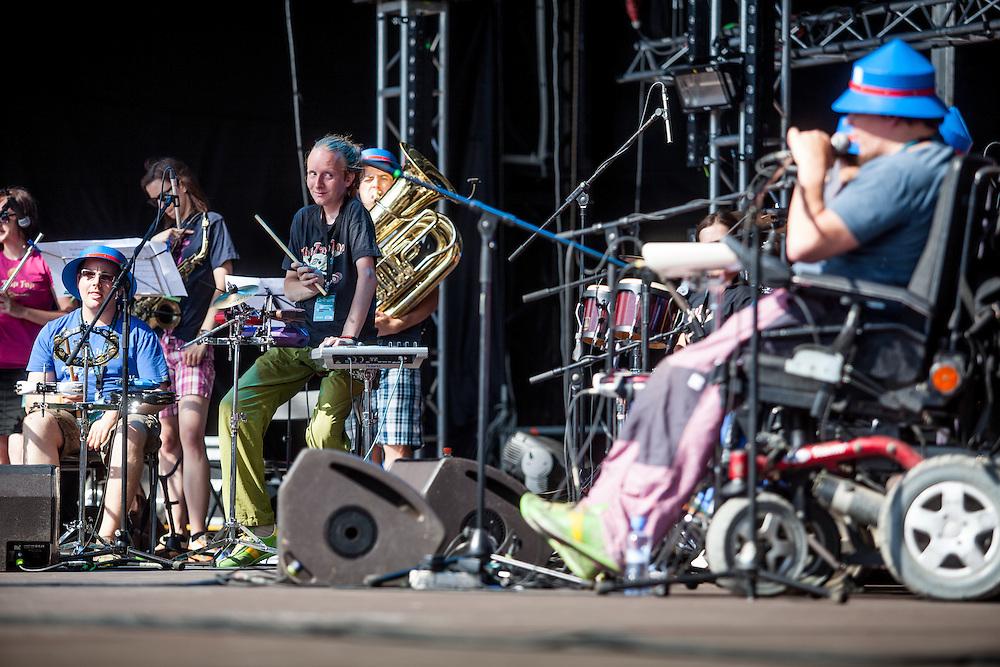 &quot;The Tap Tap&quot; w&auml;hrend dem Auftritt beim Festival &quot;Colors of Ostrava 2013&quot; (von links Lucie Slivoňov&aacute;, <br /> V&iacute;t Feller, 3 v. links Petr Burda). &quot;The Tap Tap&quot; ist eine bekannte und sehr erfolgreiche tschechische Formation mit &uuml;berwiegend behinderten und auch nicht behinderten Musikern, gegr&uuml;ndet 1998 von dem Sozialp&auml;dagogen Simon Ornest.