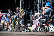 """""""The Tap Tap"""" während dem Auftritt beim Festival """"Colors of Ostrava 2013"""" (von links Lucie Slivoňová, <br /> Vít Feller, 3 v. links Petr Burda). """"The Tap Tap"""" ist eine bekannte und sehr erfolgreiche tschechische Formation mit überwiegend behinderten und auch nicht behinderten Musikern, gegründet 1998 von dem Sozialpädagogen Simon Ornest."""