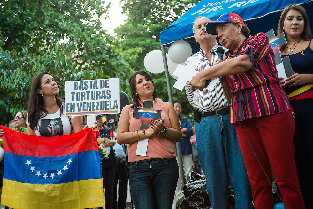 PROTESTA PACIFICA POR VENEZUELA - HOMENAJE A LOS CAIDOS - PANAMA 15-03-2014<br /> <br /> El parque de V&iacute;a Argentina, Andr&eacute;s Bello, se realiz&oacute; el s&aacute;bado 15 de Marzo una concertaci&oacute;n de los venezolanos residentes en Panam&aacute;, donde realizaron una  protesta pac&iacute;fica por Venezuela.<br /> <br /> Esta protesta se realiz&oacute; en varios pa&iacute;ses como homenaje a los fallecidos en los recientes disturbios que se registraron en Venezuela en contra del actual Gobierno de Nicol&aacute;s Maduro.<br /> <br /> La mayor ola de protestas en Venezuela ya cobr&oacute; 28 vidas hasta entonces.