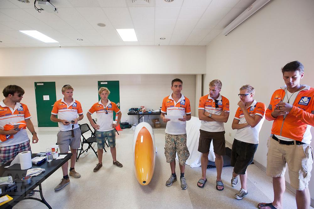 Teamoverleg van het Human Power Team Delft en Amsterdam met de VeloX3 tijdens de eerste race van de WHPSC. In Battle Mountain (Nevada) wordt ieder jaar de World Human Powered Speed Challenge gehouden. Tijdens deze wedstrijd wordt geprobeerd zo hard mogelijk te fietsen op pure menskracht. Ze halen snelheden tot 133 km/h. De deelnemers bestaan zowel uit teams van universiteiten als uit hobbyisten. Met de gestroomlijnde fietsen willen ze laten zien wat mogelijk is met menskracht. De speciale ligfietsen kunnen gezien worden als de Formule 1 van het fietsen. De kennis die wordt opgedaan wordt ook gebruikt om duurzaam vervoer verder te ontwikkelen.<br /> <br /> The first race of the WHPSC. In Battle Mountain (Nevada) each year the World Human Powered Speed Challenge is held. During this race they try to ride on pure manpower as hard as possible. Speeds up to 133 km/h are reached. The participants consist of both teams from universities and from hobbyists. With the sleek bikes they want to show what is possible with human power. The special recumbent bicycles can be seen as the Formula 1 of the bicycle. The knowledge gained is also used to develop sustainable transport.