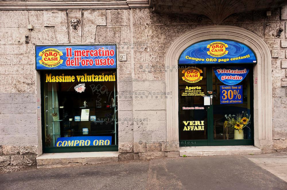 Roma, 29 Settembre 2012..Negozio compro oro in via delle Medaglie D'oro