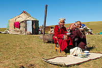 Mongolie, Asie Centrale, Région d'Ovorkhangai, Nomade eleveur, vieille femme mongolen vieil homme mongol en costume traditionnel // Mongolia, Central Asia, Ovorkhangai province, nomad, mongolian old woman, old man, traditional costume
