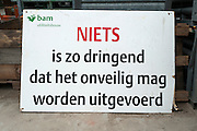 Een bord bij een bouwplaats van de BAM wijst op het nut van de veiligheidsmaatregelen.<br /> <br /> A sign is warning to do the job at the construction area safely.