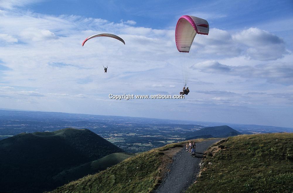 massif central. landscape  /  /  the Puy de dome.    France  /   Massif central  Vol libre sur  le puy de dôme France   /  / L0008100  /  R20707  /  P114761