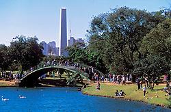 Sao Paulo, Sao Paulo, Brasil. 1999..Pessoas no parque do Ibirapuera, com obelisco ao fundo./ Ibirapuera Park, with Obelisc in the back..Foto ©Marcos Issa/Argosfoto