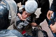 Une jeune femme perd connaissance lors des affrontements entre la police et les manifestants à proximité de l'ambassade de France, les militaires et les forces de police sur place lui viennent en aide. // Des affrontements entre la police et les manifestants ont éclaté dans le centre de Tunis, notamment avenue Habib Bourguiba, faisant (selon Associated Press) 3 morts (prétendument par balle) et 12 blessés parmi les manifestants, Tunis le 26 février 2011.