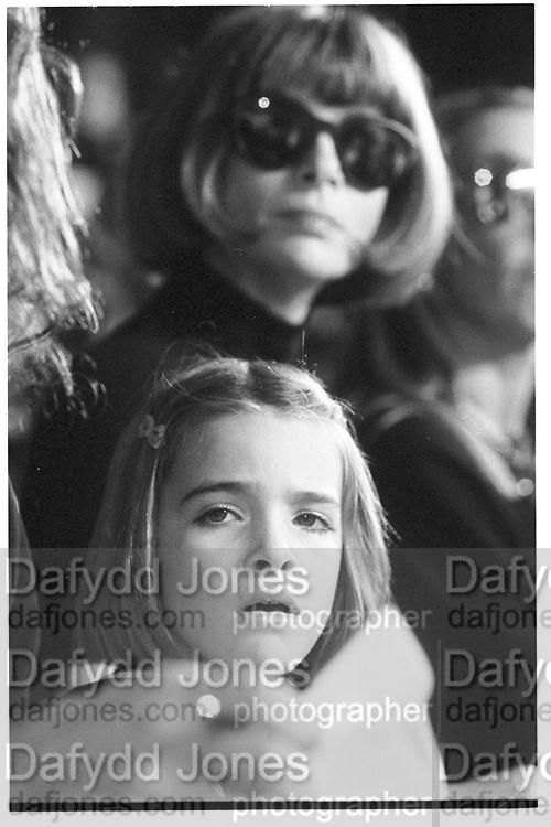 Anna Wintoour and daughter Bee Schaffer, fashion show, New York 1994© Copyright Photograph by Dafydd Jones 66 Stockwell Park Rd. London SW9 0DA Tel 020 7733 0108 www.dafjones.com