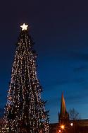 Julemarkedet i Trondheim 2011, 9-18 desember..Markedet arrangeres på Torvet i Trondheim, med utstillere og selgere som selger håndverk og mat fra bodene...I tillegg arrangeres det konserter, eventyrfortellinger og bokstamp, hvor lokale forfattere leser fra bøkene sine...Julegrana på Torvet i Trondheim, med Nidarosdomen i bakgrunnen.