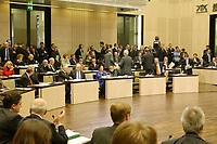 22 MAR 2002, BERLIN/GERMANY:<br /> Manfred Stolpe (Bildmitte L - vierter Tisch v. Rechts), SPD, Ministerpraesident Brandenburg, und Joerg Schoenbohm (Bildmitte R), CDU, Innenminister Brandenburg, geben sich die Hand, bevor die CDU/CSU Politiker das Plenum nach einer Geschaeftsordnungsdebatte zur Abstimmung des Zuwanderungsgesetzes verlassen, Plenum, Bundesrat<br /> IMAGE: 20020322-01-093<br /> KEYWORDS: Jörg Schönbohm