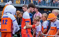 Den Bosch  -  Lars Balk (Ned)  deelt handtekeningen uit   na   de Pro League hockeywedstrijd heren, Nederland-Belgie (4-3).    COPYRIGHT KOEN SUYK
