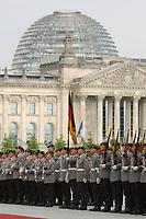 10 JUL 2001, BERLIN/GERMANY:<br /> Soldaten des Wachbataillons der Bundeswehr, angetreten zur  Begruessung eines Staatsgastes mit militaerischen Ehren im Hof des Bundeskanzleramtes, im Hintergrund Reichstagsgebaeude<br /> IMAGE: 20010710-01-003<br /> KEYWORDS: Soldaten, Deutscher Bundestag, Wachsoldaten, Begrüssung mit militärischen Ehren
