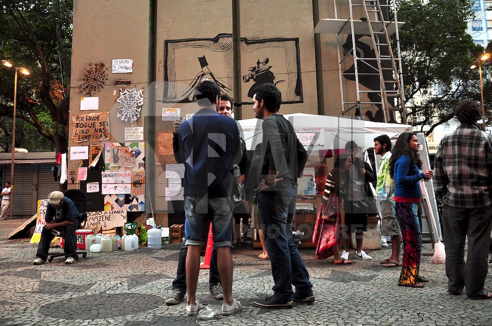 RIO DE JANEIRO, 05 DE NOVEMBRO - OCUPAÇÃO NA CINELÂNDIA - A ocupação na praça da cinelândia, região central do Rio, já dura duas semanas com mais de cem barracas montadas. Na praça, grupos de trabalho debatem temas atuais e questões políticas, além de atividades diversas durante o dia, organizadas pelos participantes do movimento. (FOTO: Stéphanie Saramago/ NEWS FREE)
