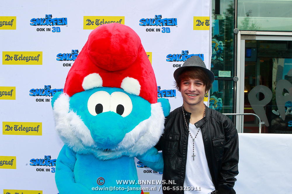 NLD/Amsterdam/20110731 - Premiere film De Smurfen, Ralf Mackenbach met pop